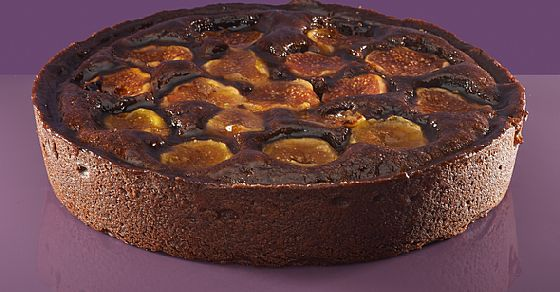 Frangipan cake with cocoa and figs.
